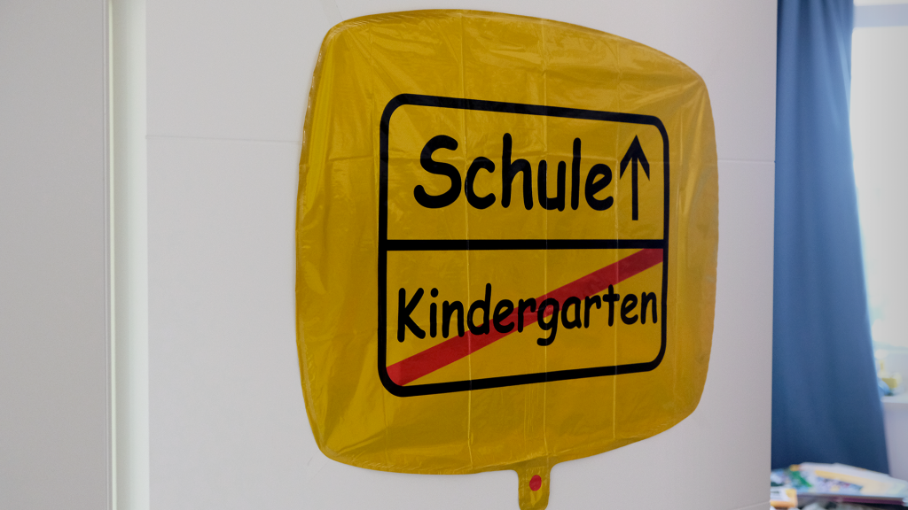 "Verkehrsschild ""Schule. Kindergarten"" an Leos Zimmertür"