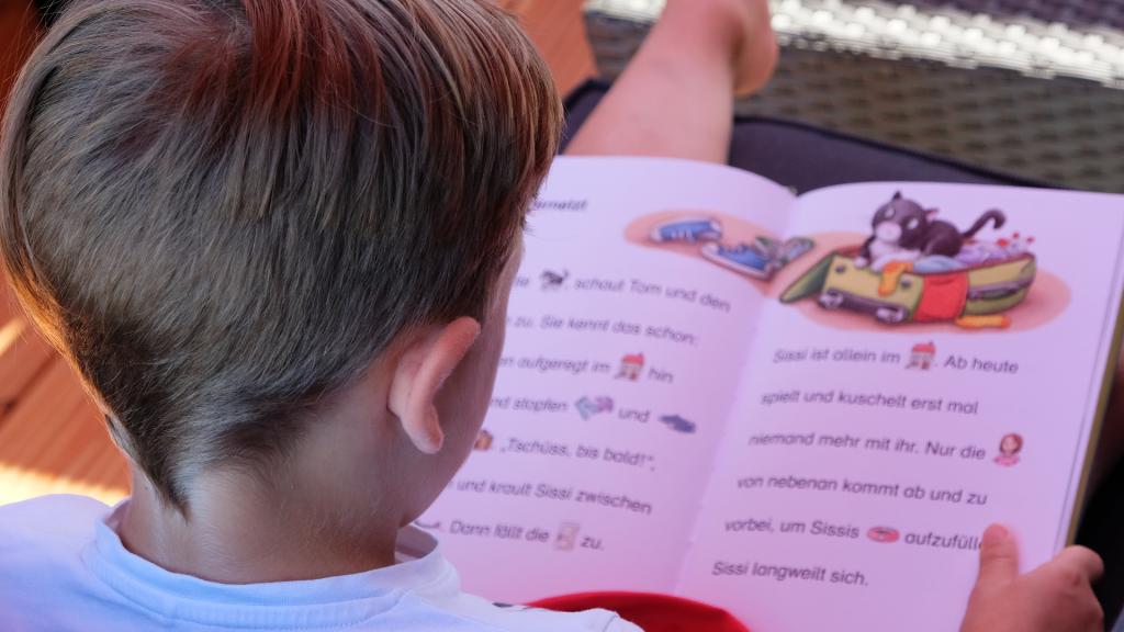 Leo beim Lesen auf der Terrasse